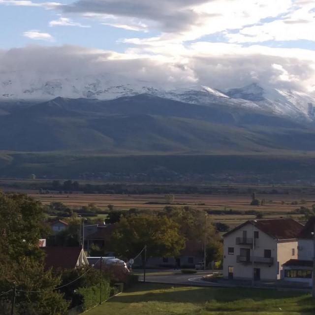 Snijeg je jutros na Kamešnici zabijelio do 800 metara nadmorske visine
