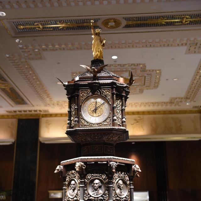 Sat iz lobija hotela izrađenog 1893., koji je bio izložen na svjetskom sajmu