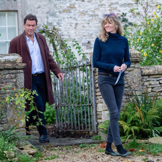 Dominic West i Catherine FitzGerald snimljeni ispred svoje kuće u Cotswoldsu