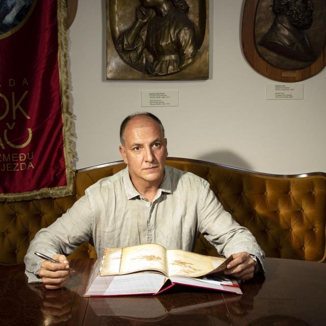 Robert Barilla s maketom reprezentativne monografije