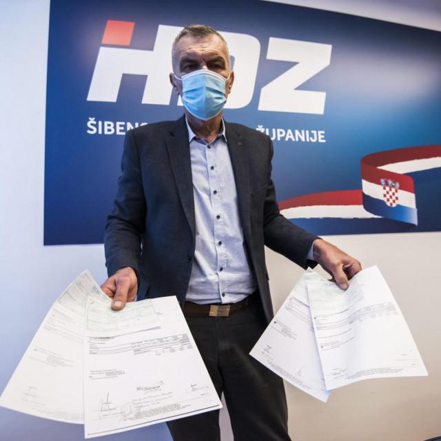 Predsjednik ŽO HDZ-a Šibensko-kninske županije Nediljko Dujić sa spornim računima.<br />