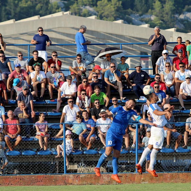 U Pločama će se iduće dvije utakmice igrati bez gledatelja zbog propusta u organizaciji utakmice Jadran Luka Ploče - Uskok (detalj s kup utakmice Jadran LP - Bjelovar 2018. godine) foto: Tonči Vlašić