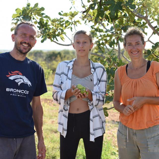 Na fotografiji: Sandra Babac, suprug Alan Damjanic i kcer u berbi