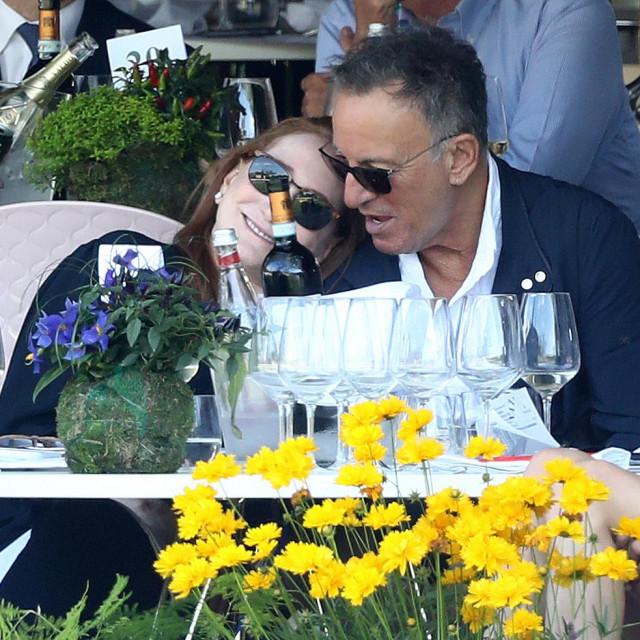 Bruce Springsteen snimljen u trenucima nježnosti sa suprugom Patti Scialfa lani u Rimu