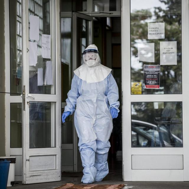 Sibenik, 130520.<br /> Od Koronavirusa zarazena jedna sticenica Cvjetnog doma, doma za starije i nemocne.<br /> Na fotografiji: Zdravstveni djelatnici odvoze sticenicu iz doma.<br />