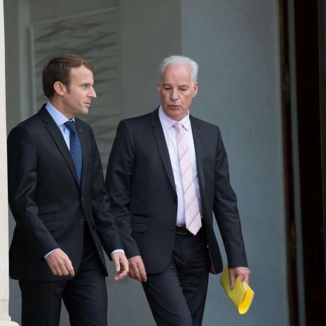 Emmanuel Macron i njegov ministar Alain Griset pred Elizejskom palačom<br />