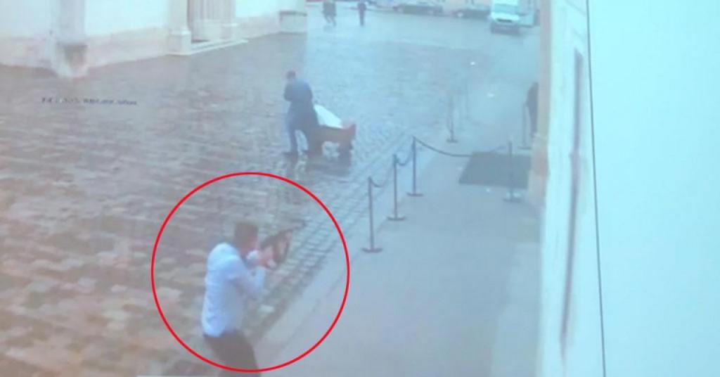 Snimka napada na policajce pred Vladom