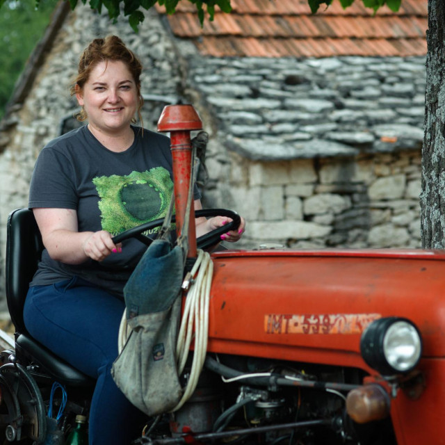 Raducic, 040820.<br /> Anja Simpraga, saborska zastupnica SDSS-a pozira na svom imanju u mjestu Raducic.<br />