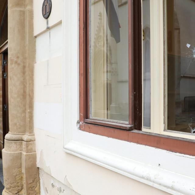 Novi prozori na zgradi Vladi zbog oštećenja nastalog nakon pucanja Danijela Bezuka