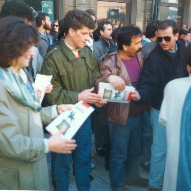 Prvi izlazak splitskog HDZ-a u javnost u prosincu 1989. U zelenoj jakni promidžbene materijale dijelio je Ivica Tafra