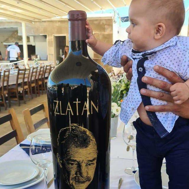 Maleni Zlatan Plenković uz bocu s didovim vinom i etiketom