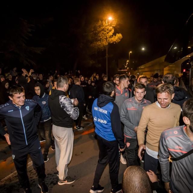 <br /> Funcuti dočekali nogometaše HNK Šibenika, te s njima proslavili pobjedu nad Hajdukom.<br />