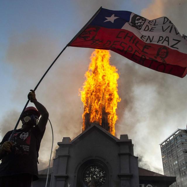 Neredi i crkveni toranj u plamenu uAsuncionu