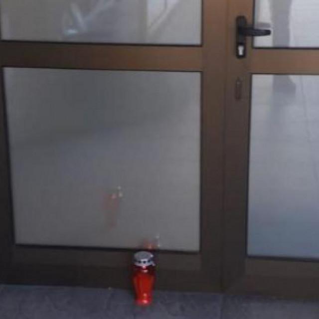 Ostavljena svijeća pred službenim ulazom