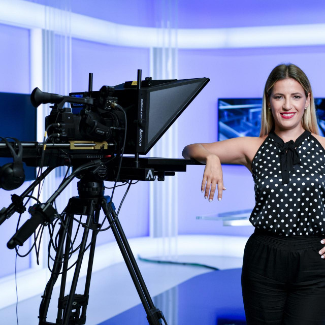 Meteorologinja Tea Blazevic, fotografirana na N1 televiziji