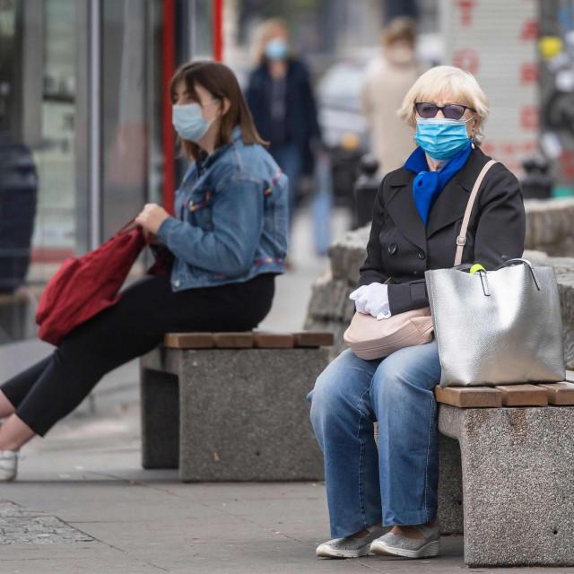 Na ulicama Varšave, glavnog grada Poljske, svi nose maske, radno vrijeme dućana je ograničeno