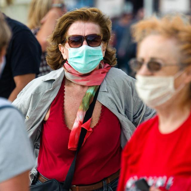Kako se zadnjih dana povećava broj zaraženih koronavirusom, sve više građana nosi maske i na otvorenom prostoru
