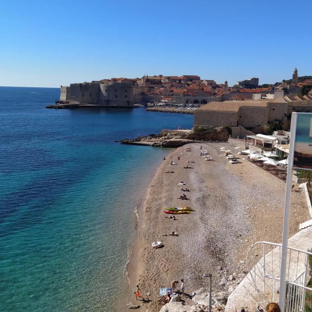 Bablje ljeto izmamilo je kupaće na plažu Banje