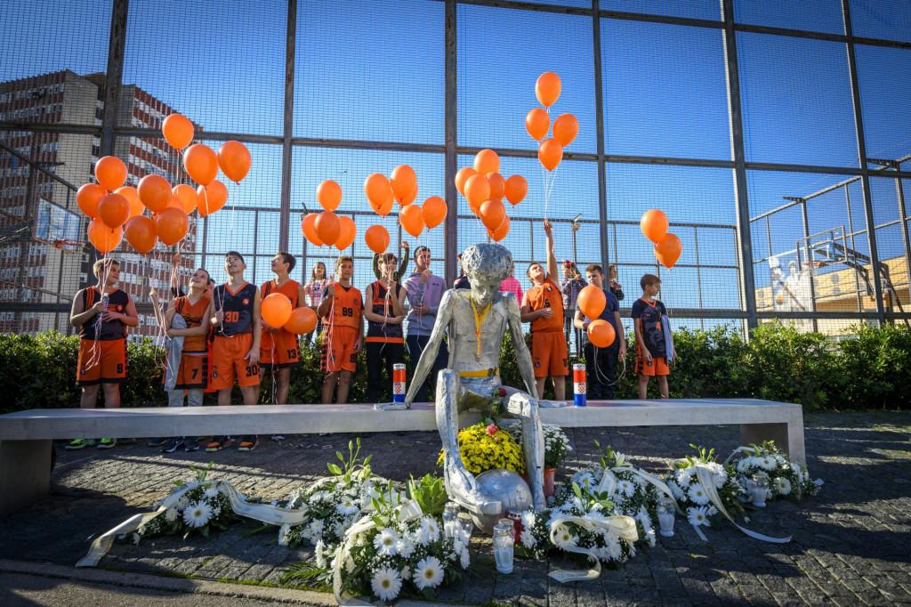<br /> Polaganjem vijenaca i puštanjem balona u zrak kod spomenika Draženu Petroviću na Baldekinu obilježen je njegov 56 rođendan<br />