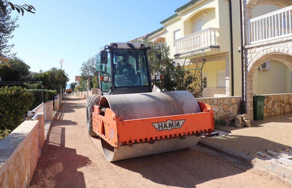Asfaltiranje ulice u naselju Prezida