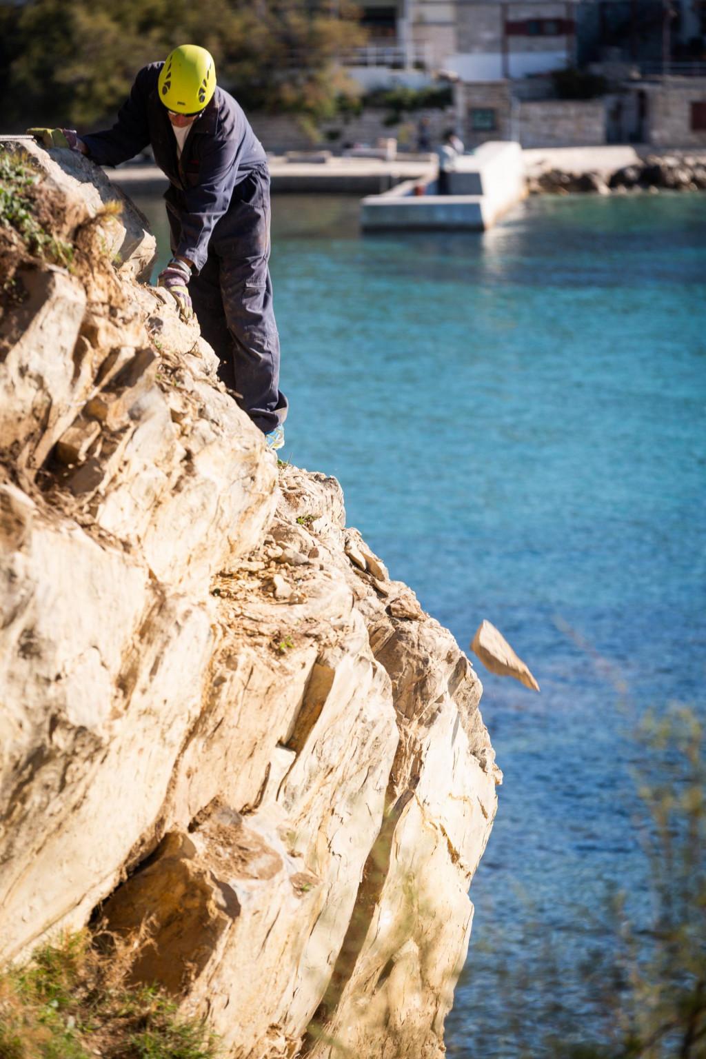 Uklanjanje dijelova opasnih stijena na Firulama