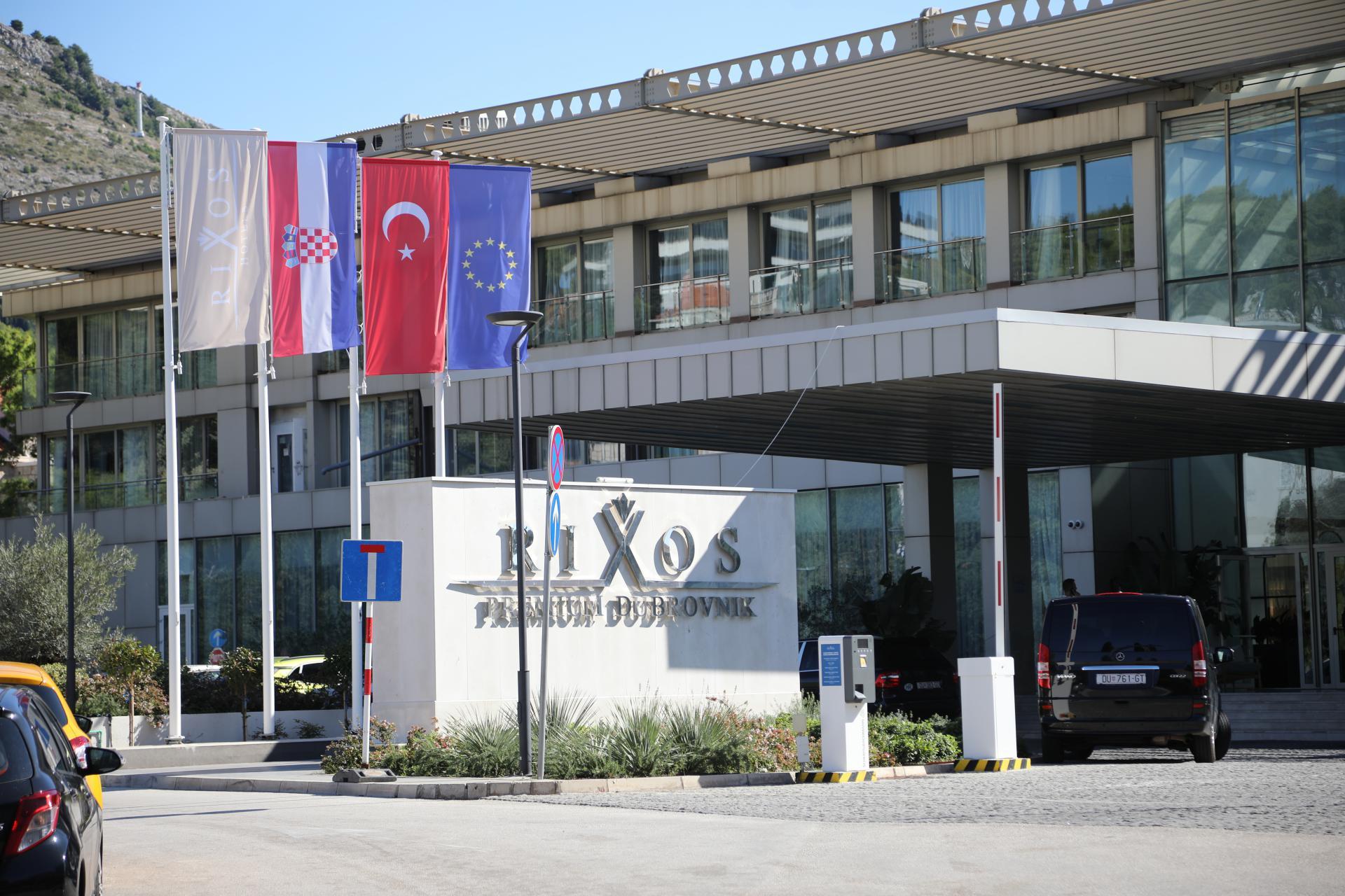 Turska zastava usred Grada: dubrovačkim gradskim vijećnicima zasmetao barjak, no vlasnik hotela 'Rixos' ima dozvolu za njegovo isticanje