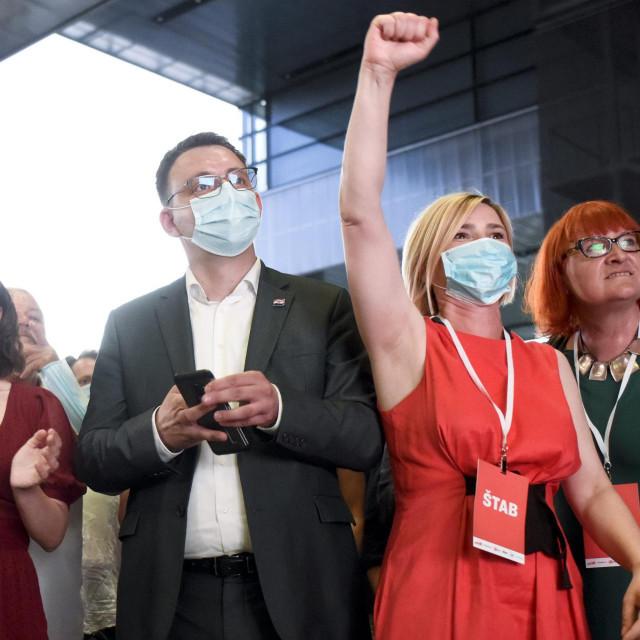 Sandra Benčić i Rada Borić nedavno su ispravno uočile kakva je to patrijarhalna svinjarija da se ženama mora pomoći savjetom kao da su, božeoprosti, intelektualno zakinute