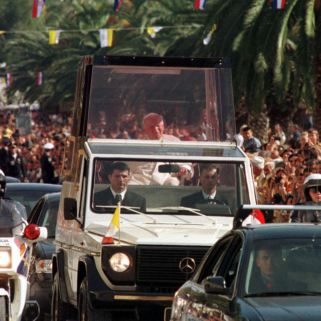 Mnoštvo Splićana i ljudi iz svih krajeva Hrvatske dočekalo je Papu Ivana Pavla II. prilkom posjeta Splitu u listopadu 1998.