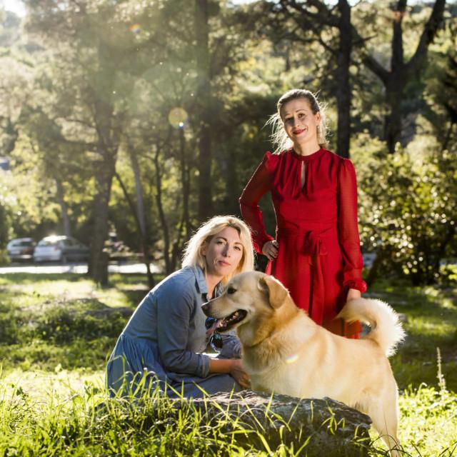 <br /> Na fotografiji: Lora Tintic i Diana Cala Baraka s psom Lexom.<br />