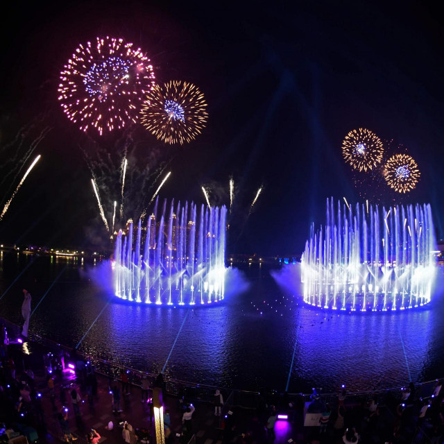 Dubai launches the Palm Fountain in a bid to break a Guinness World Record as the worlds' largest fountain, at Palm Jumeira on October 22, 2020. - Spread over 14,000 square feet of seawater, the fountain�s super shooter stands tall at 105 metres and comes alive with over 3,000 LED lights. (Photo by Karim SAHIB/AFP)
