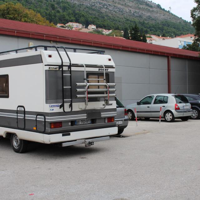 """Jednako kao i tijekom turističke sezone, na parkiralištu ispod """"Dub""""-a mnogi turisti nedozvoljeno kampiraju"""