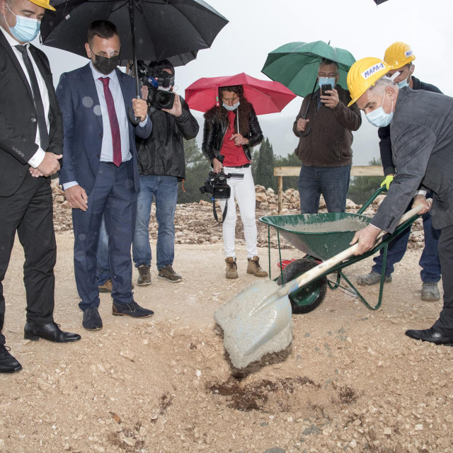 Župan Blaženko Boban<strong> </strong>polaže kamen temeljac
