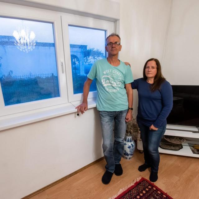 Makira (54) i Rasim (64) Kadić, dvoje umirovljenih državljana Švedske, kojima prvi susjedi prijete nasiljem i vrijeđaju ih po vjerskoj osnovi. Kroz prozor gledaju na susjedovu kuću