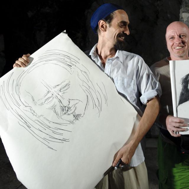 Marijan Crtalić (desno) u na Almissi u Omišu 2013. u crtačkome dvoboju s Petrom Grimanijem<br />