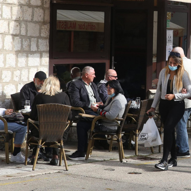 U centru Sinja gužva, svijeta na sve strane, štandovi puni, ljudi trče u kafiće