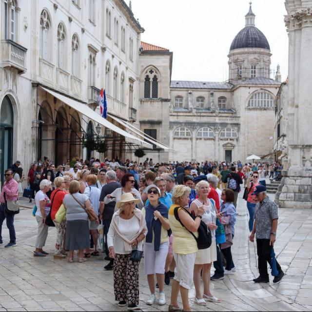 Dubrovnik, 030619<br /> Sezona je punom jeku, tradicionalne guzve u gradskoj jezgri, skljocanje aparata i mobitela vec odavno su svakodnevnica.<br />