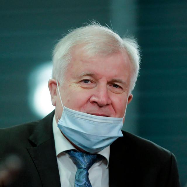 I njemački ministar unutarnjih poslova Horst Seehofer na sastanku Vladina kabineta voli pokazati nos