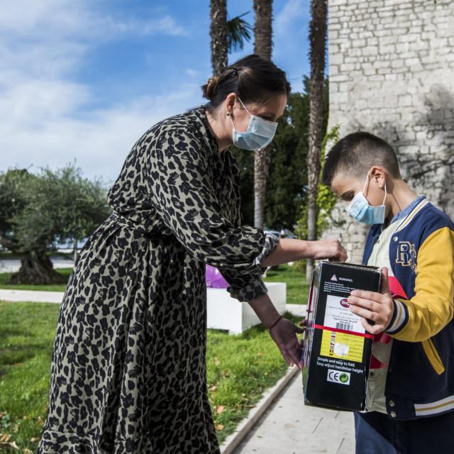 Voditeljica muzejskih radionica Ivana Vucinovic urucuje nagradu Toniju Jukicu