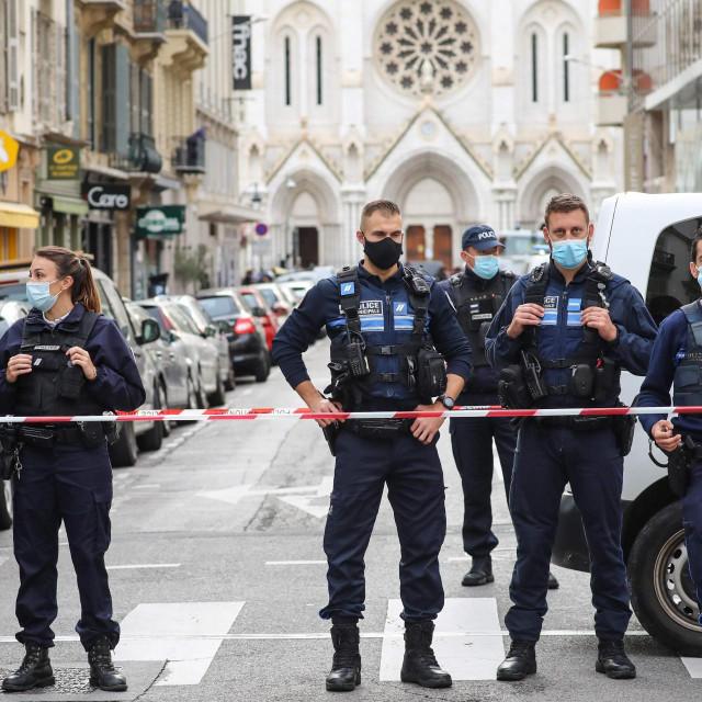 Policajci u Nizi nakon krvavog pohoda ekstremista