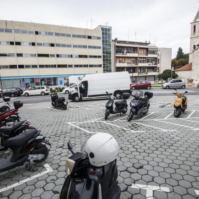 Prostor na Vanjskom sada služi kao parking za skutere