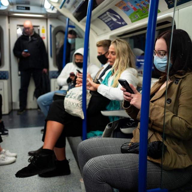 Ni u londonskom metrou nisu svi putnici disciplinirani u pogledu nošenja maski