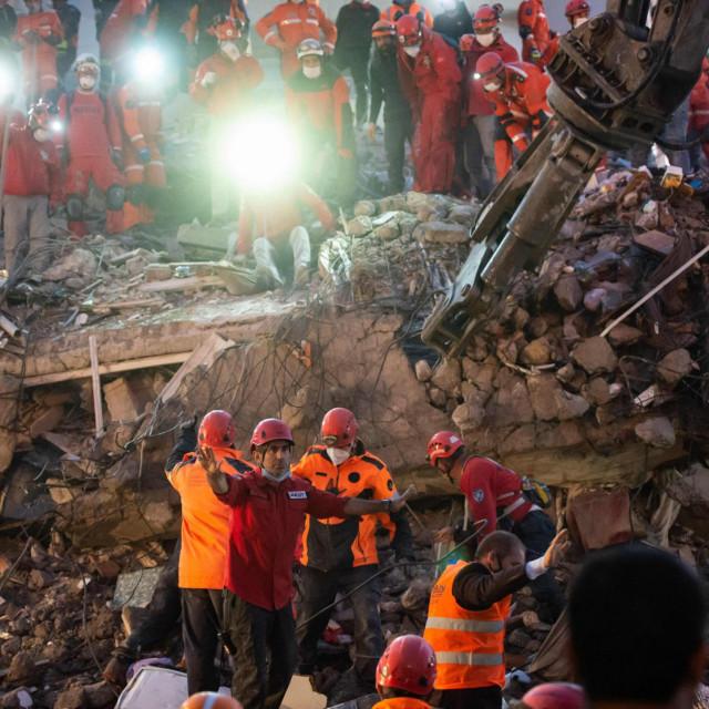 Potraga za preživjelima u ruševinama Izmira