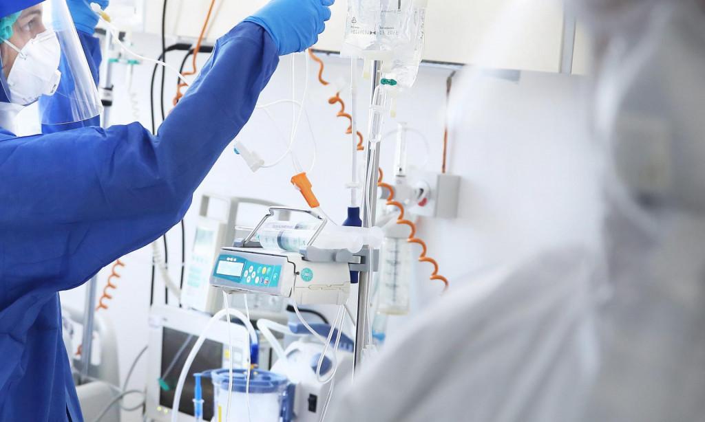 Medicinska sestra pored respiratora u KBC-u Split<br />