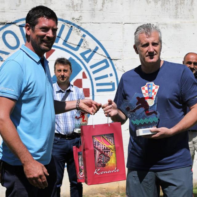 Đino Kralj, predsjednik Zajednice sportova Općine Konavle i Davor Šuker, predsjednik Hrvatskog nogometnog saveza nakon kampa HNS-a u ljeto 2020. u Čilipima