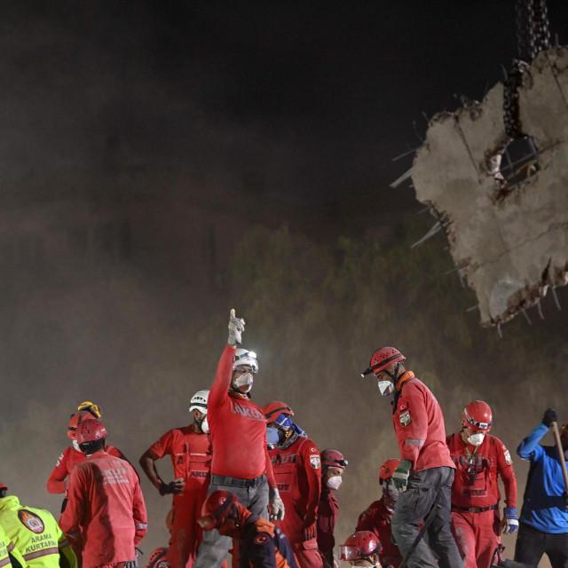 Spasitelji neprestano traže preživjele pod ruševinama zgrada u Izmiru