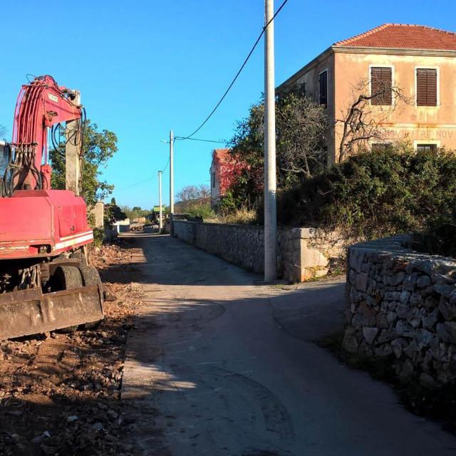 Bageri kopaju kanal za budući vodovod u Poljicima