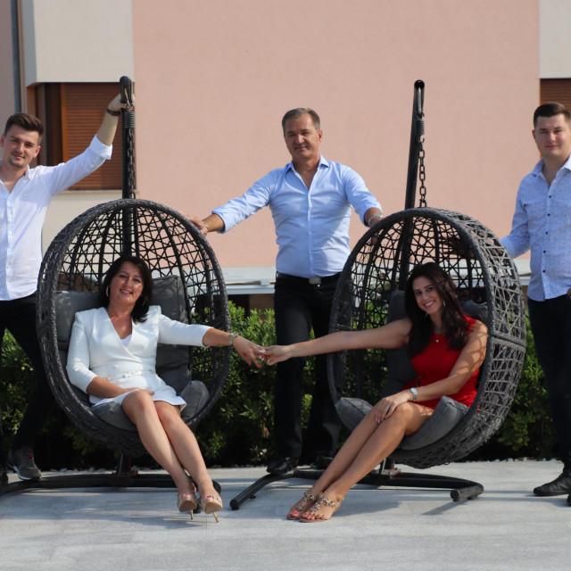 Karabegovići: Anel (lijevo), Hamid (sredina), Sanel (desno), Besima (lijevo) i Elmedina (desno)