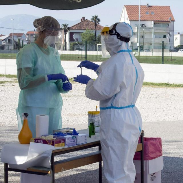 Metkovic, 080420.<br /> Drive in testiranje na korona virus u Metkovicu.<br /> Prvi dan drive in testiranja u Metkovicu, obavlja se na privremeno postavljenom punktu iza sportske dvorane.<br />