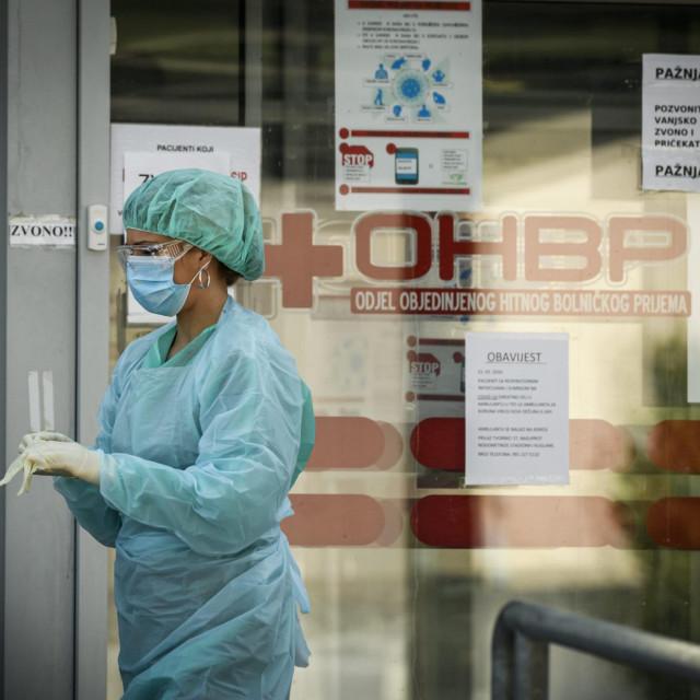 Sibenik, 080420.<br /> Medicinsko osoblje doktori i sestre OHP bolnice u Sibeniku ispred trijaznih kontejnera i satora na ulazu u zgradu u doba pandemije COVID-16 koronavirusa.<br />