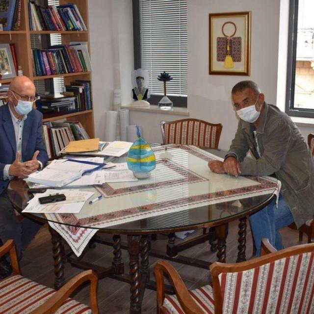 načelnik Konavala Božo Lasić i glumački prvak KMD-a Frane Perišin dogovaraju posljednje detalje Cavtatskog amaterskog kazališta Epidaurus
